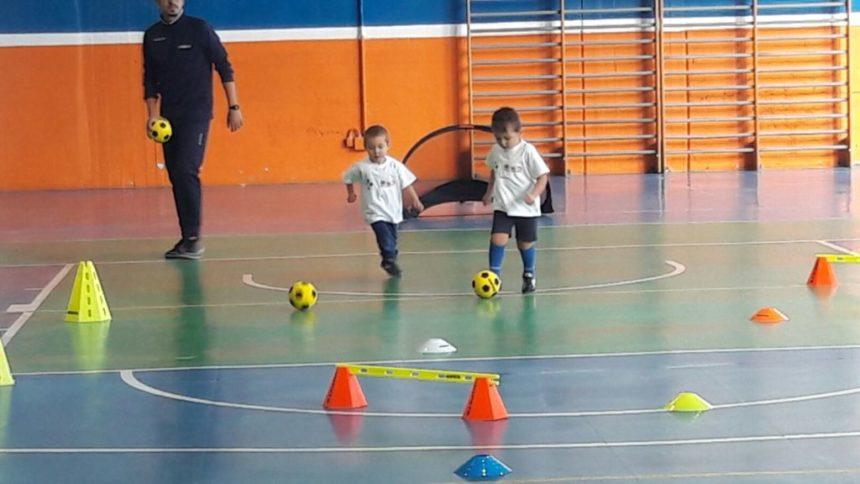 Un bambino di due anni può giocare a calcio?